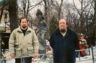 Сергей Комаровский на могиле у Высоцкого на Ваганьковском