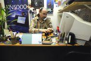 """Апрель 2008. """"Первое радио 89.1FM""""(Израиль). Влад Зерницкий в своём кабинете готовится к эфиру"""
