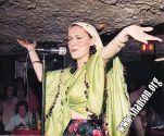 Майя Розова во время исполнения популярной еврейской песни «ВАРНЕЧКИ»