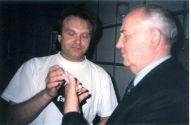 В.Белянин вручает М.С. Горбачёву свою аудио-кассету (1996)